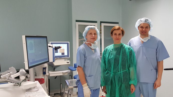Surgeon Dr. Iwona Jaworowska-Cieslinska, Agnieszka Kaluzna and Dr. Bartlomiej Kaluzny immediately after the AMARIS SmartSurfACE treatment